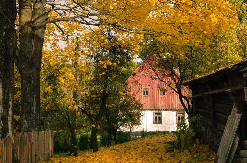 对村庄的秋天视图在乡下 免版税图库摄影