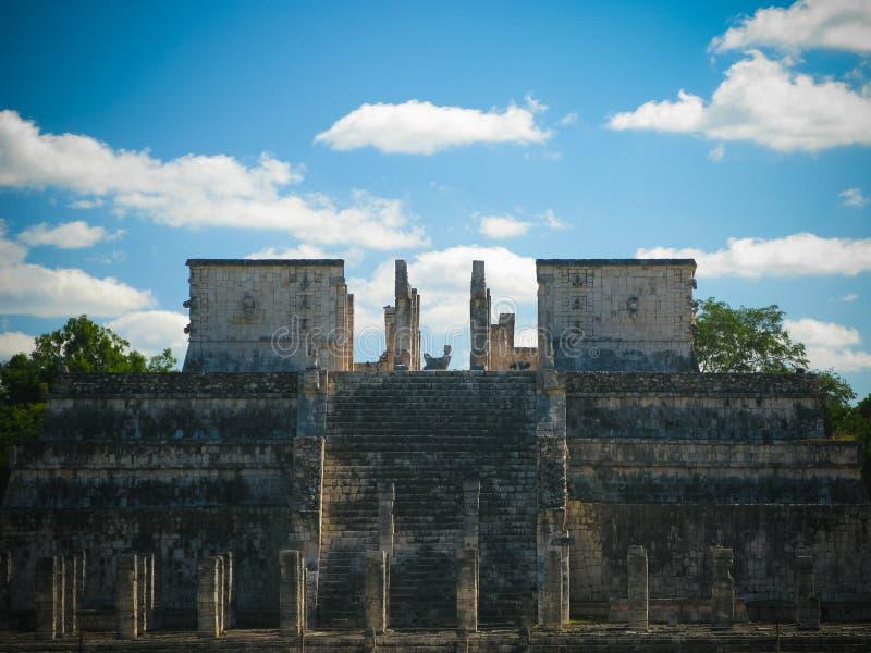 对战士的Templo de los Guerreros寺庙,奇琴伊察,墨西哥的亦称外视图 免版税库存图片