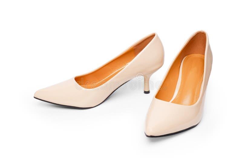 对米黄妇女是高跟的凉鞋时尚 在白色背景的美丽的豪华奶油色高跟鞋鞋子与 免版税库存照片