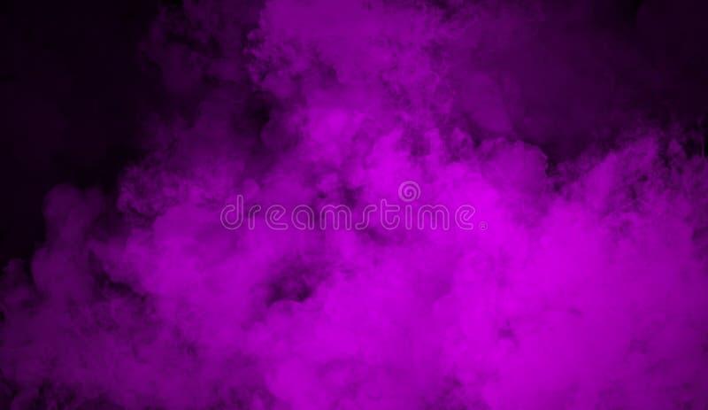 对被隔绝的黑背景的紫色雾作用文本或空间的 纹理烟 库存图片