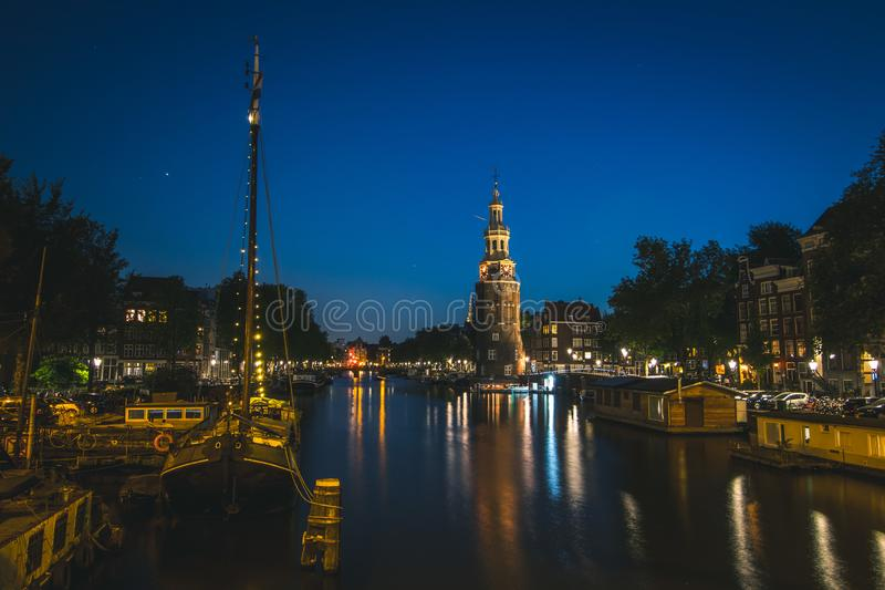 对运河的入口和钟楼在阿姆斯特丹,荷兰 库存图片