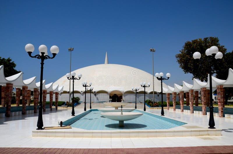 对Masjid Tooba或圆的清真寺的喷泉走道与大理石圆顶尖塔和庭院防御卡拉奇巴基斯坦 库存图片