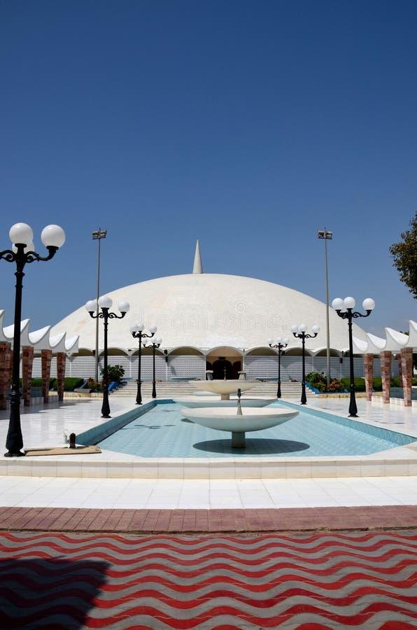 对Masjid Tooba或圆的清真寺的喷泉走道与大理石圆顶尖塔和庭院防御卡拉奇巴基斯坦 图库摄影
