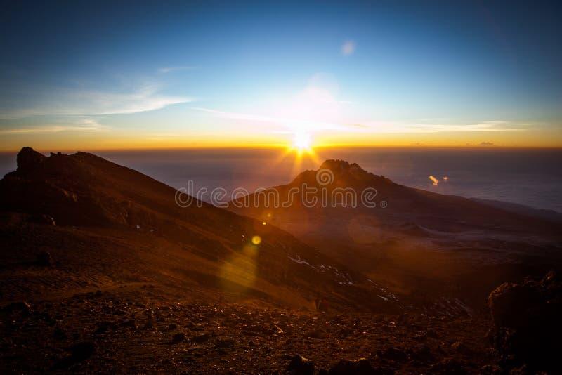 对Mawenzi峰顶的令人惊讶的看法从在日出的史特拉点 免版税图库摄影