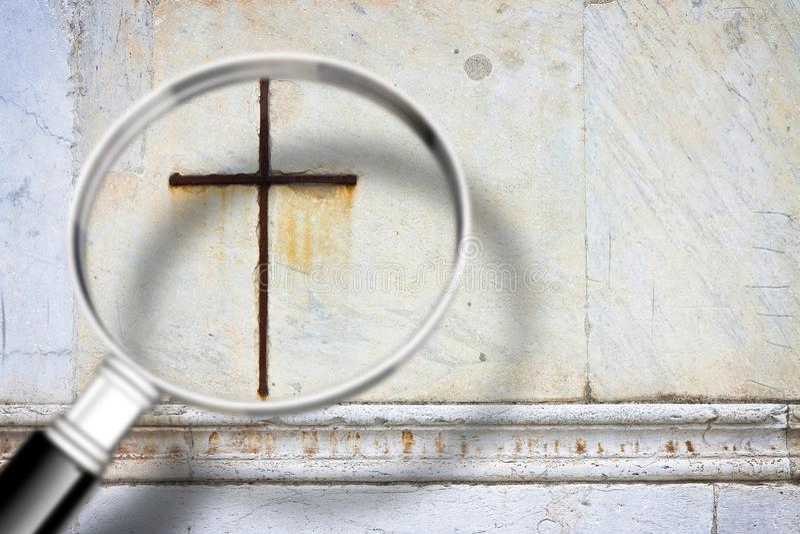 寻找信念-与一个放大镜的概念图象在基督徒十字架前面 库存照片