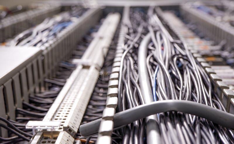 导线和缆绳,在网络的数据流在工厂设备内 免版税库存照片