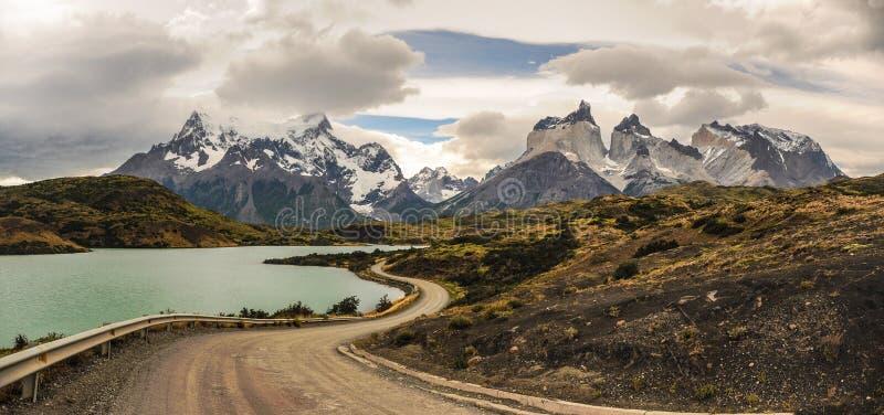 导致在湖附近的土路惊人的Cuernos在巴塔哥尼亚的del潘恩 百内国家公园,巴塔哥尼亚的智利 库存照片