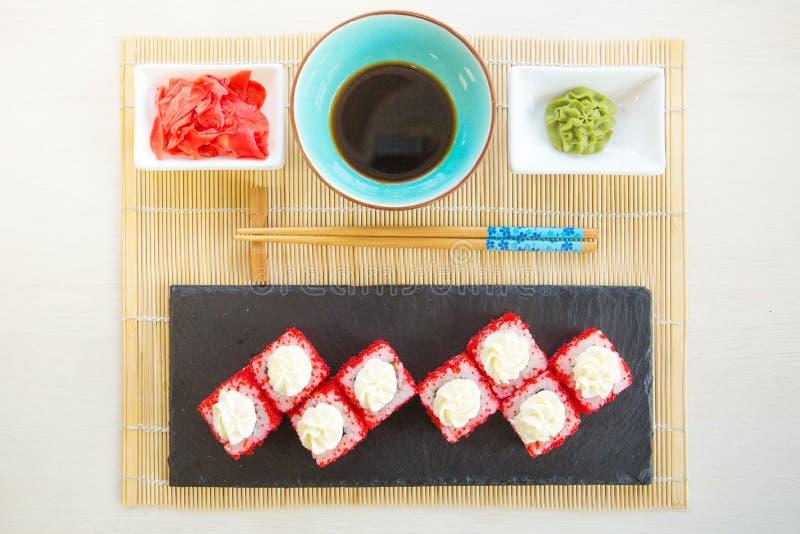 寿司集合nigiri和寿司卷在灰色石板岩在石背景 库存图片