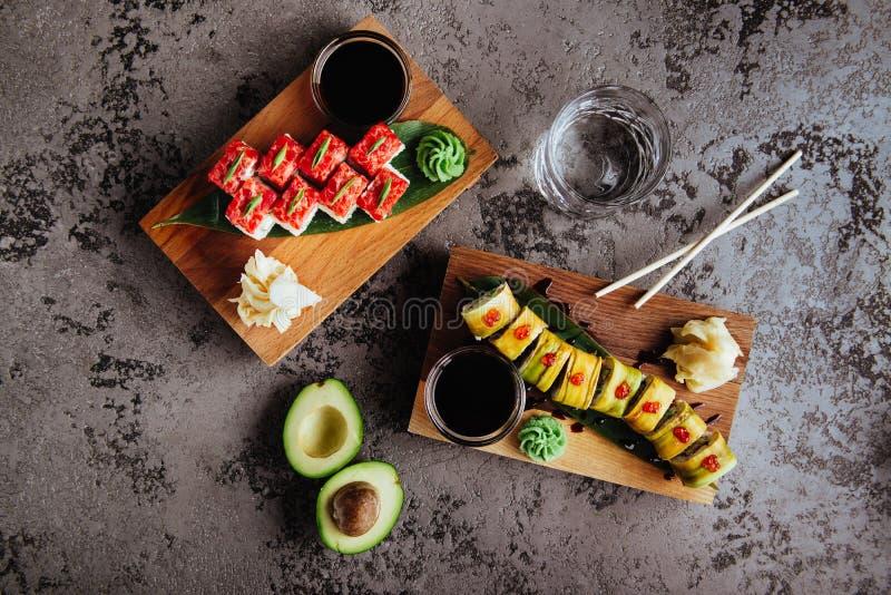 寿司集合nigiri和寿司卷用茶在灰色石板岩服务 免版税库存照片