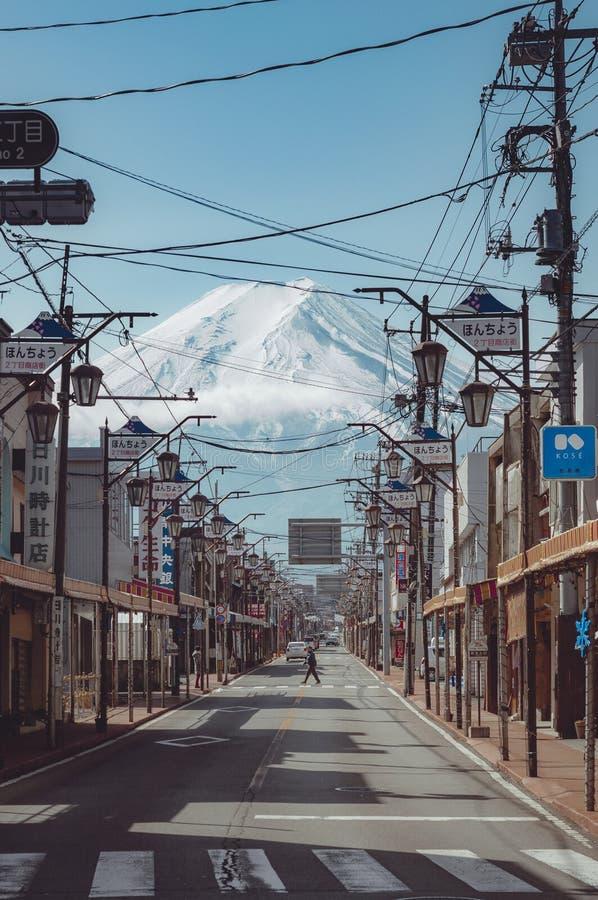 富士吉田市,日本- 2019年2月21日:山富士看法从富士吉田市镇的 库存图片