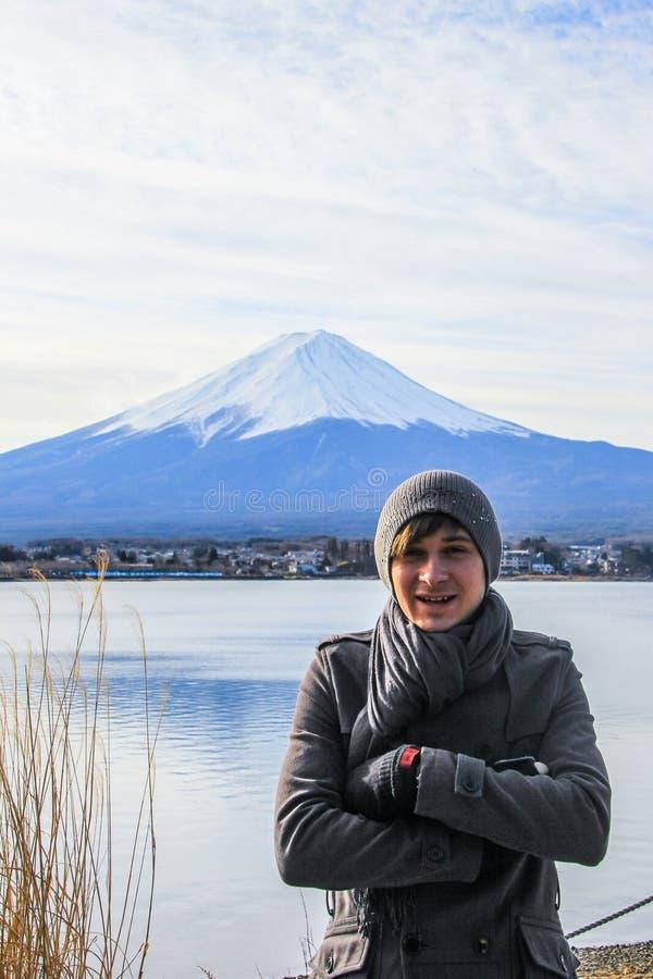 富士山和湖背景的一年轻人  在日本的著名地方的附近旅行 免版税库存图片