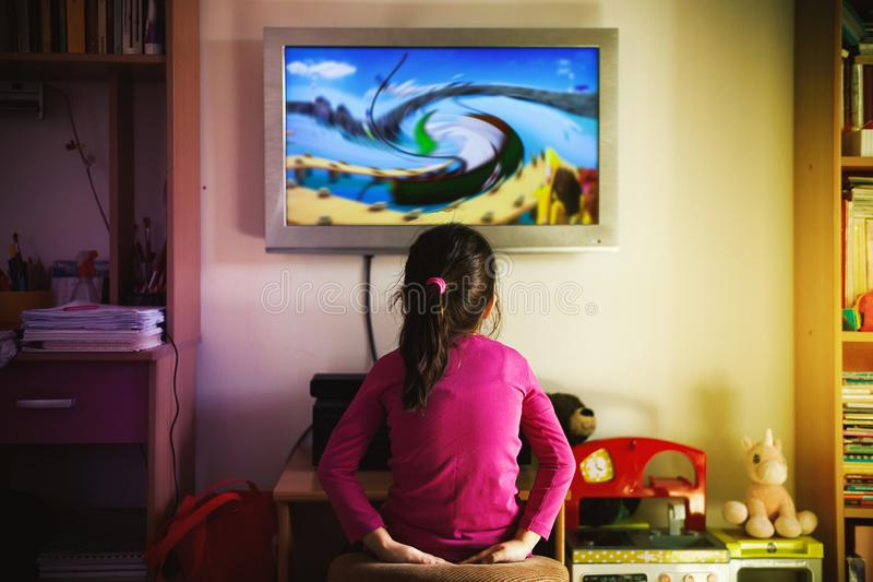 小女孩观看一部动画片 免版税库存图片