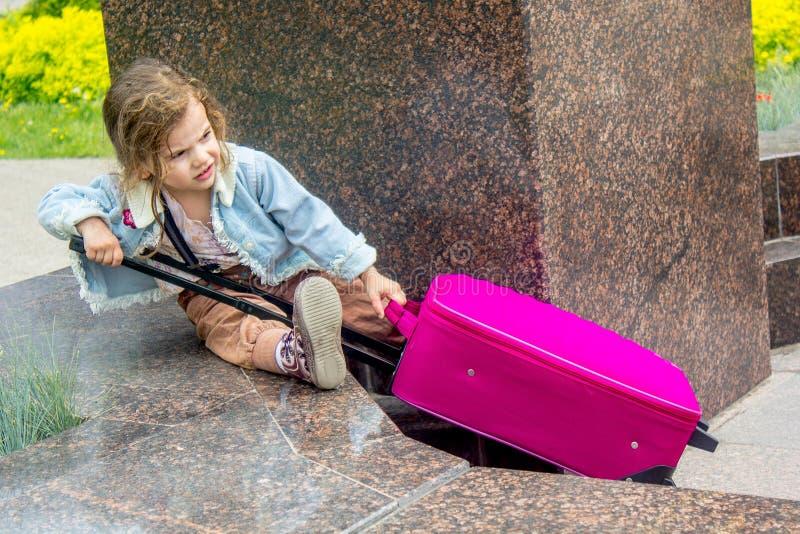 小孩女孩旅客-有旅行袋子的女孩 库存照片