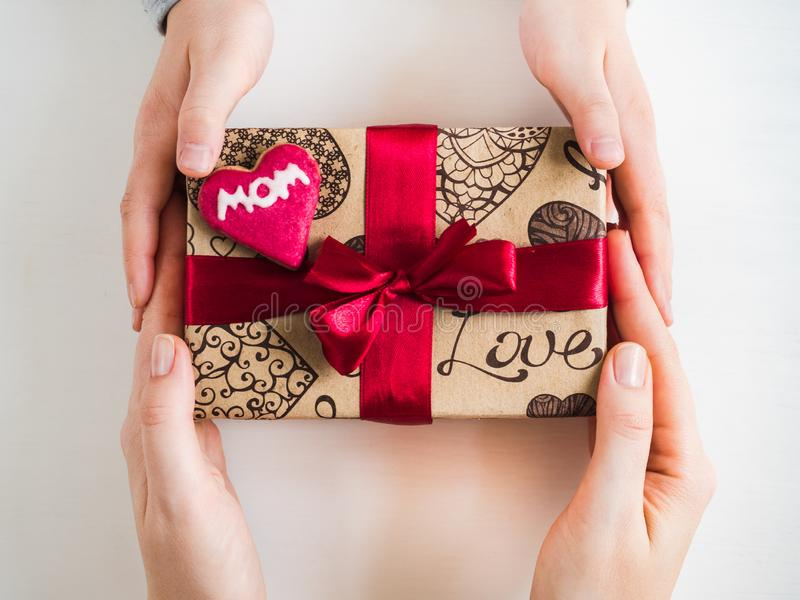 小孩子的手和一个箱子有礼物的 免版税库存图片