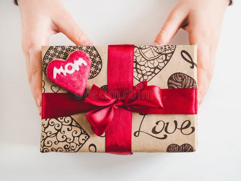 小孩子的手和一个箱子有礼物的 图库摄影