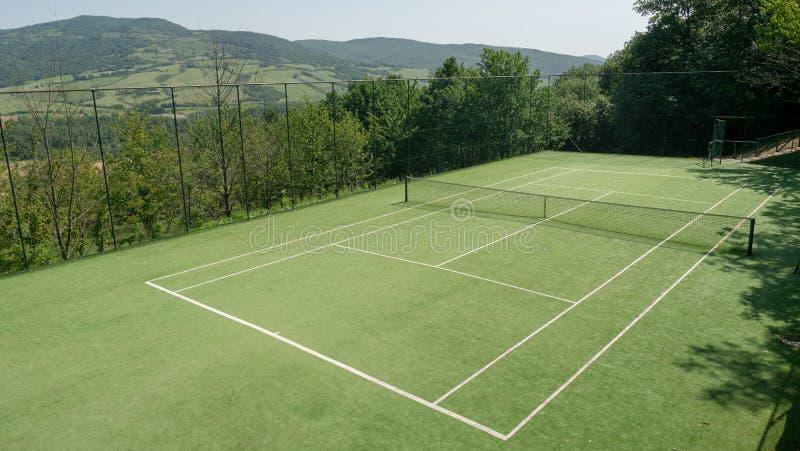 小山的网球场 免版税库存图片