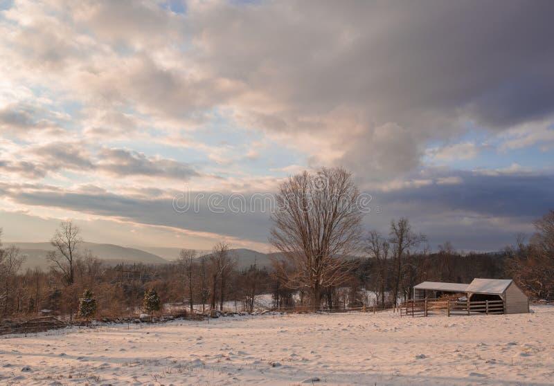 小山顶农场,盖在雪 免版税库存照片