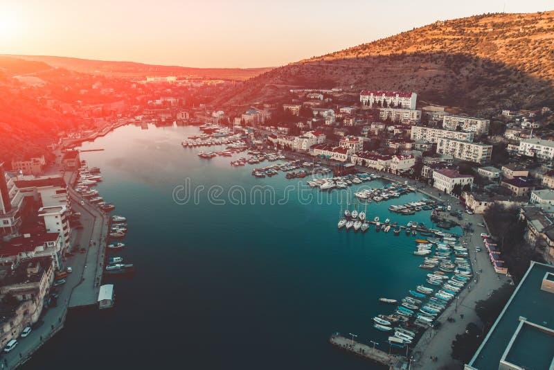 小山镇港口空中全景有游艇和小船的在海湾、沿海和手段在日落 免版税库存照片