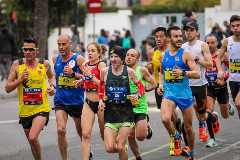 小组在塞维利亚马拉松的赛跑者2018年 免版税库存图片