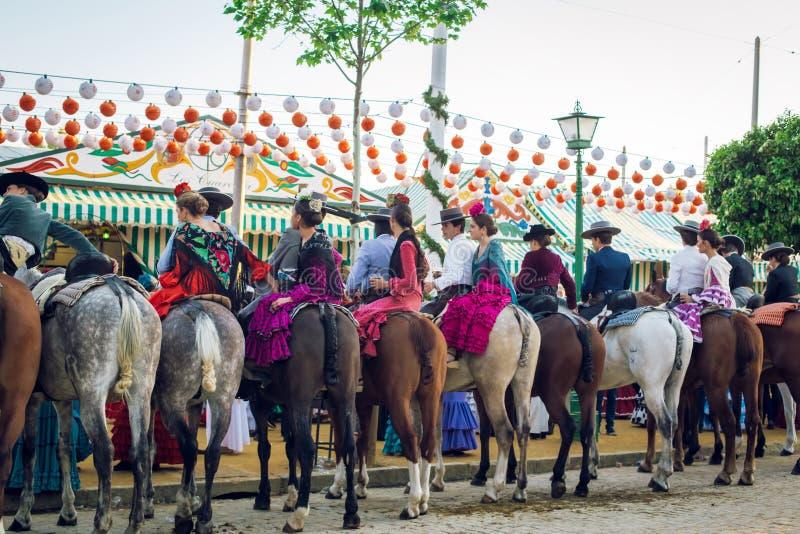 小组在马背上车手在4月市场,塞维利亚整整的宗教节日de塞维利亚 免版税库存照片