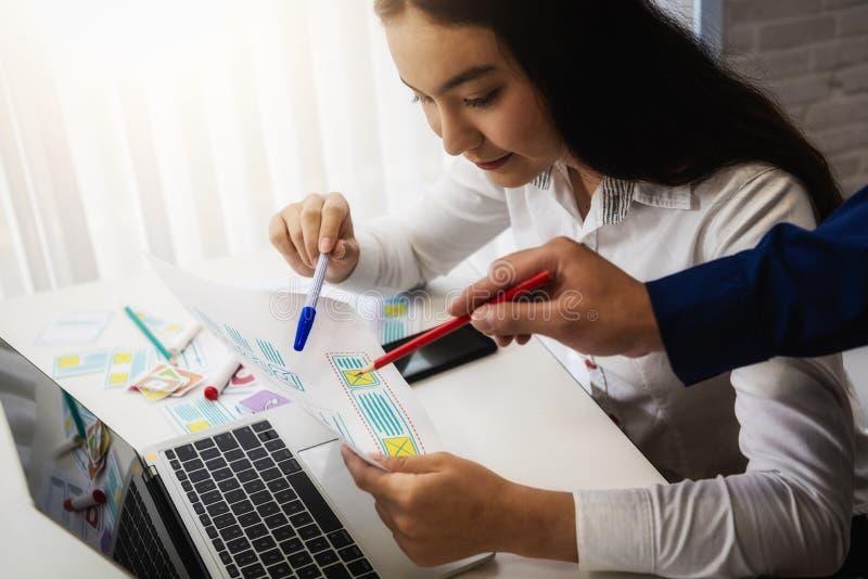 小组设计师应用谈论为新的应用程序机动性在办公室 用户经验设计观念 免版税库存照片