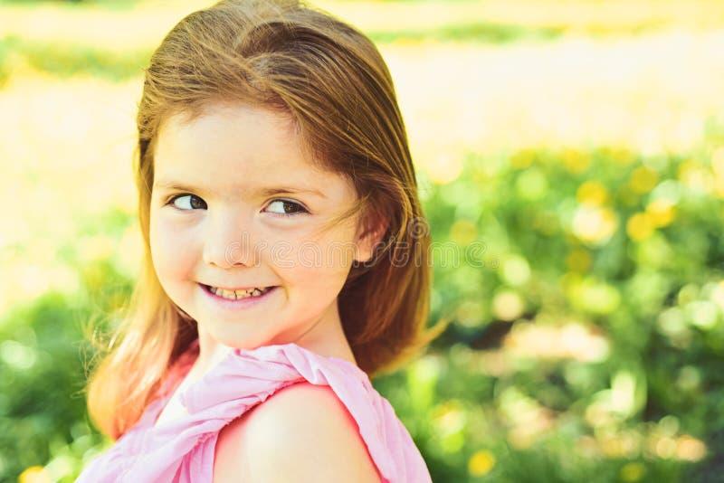 小的子项 自然的秀丽 儿童的日 面孔和skincare 过敏花 女孩在晴朗的春天 库存照片