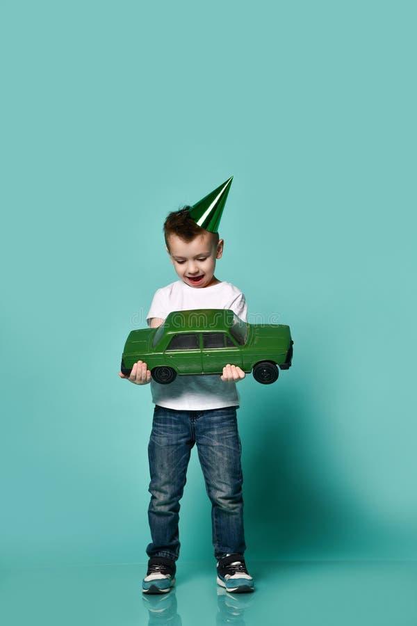 小男孩佩带的党帽子手藏品礼物演播室画象 库存照片