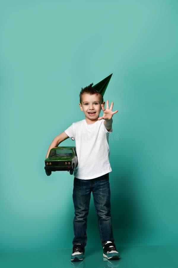 小男孩佩带的党帽子手藏品礼物演播室画象 免版税库存图片