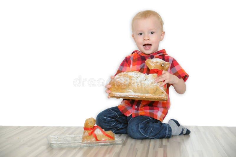 小男孩要吃复活节羊羔 免版税库存照片