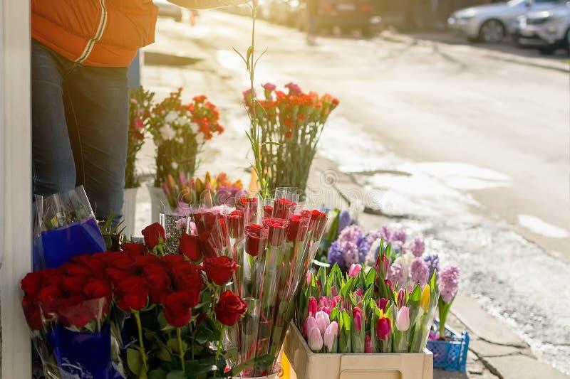 小花店显示花和花束在街道上待售外面 入口到一家小花店里 库存照片