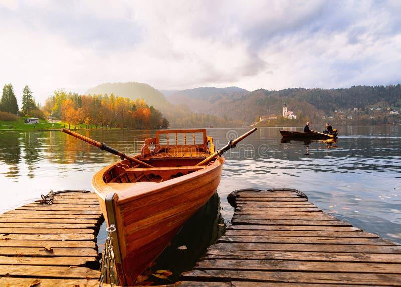小船在布莱德湖在日落的斯洛文尼亚 库存图片