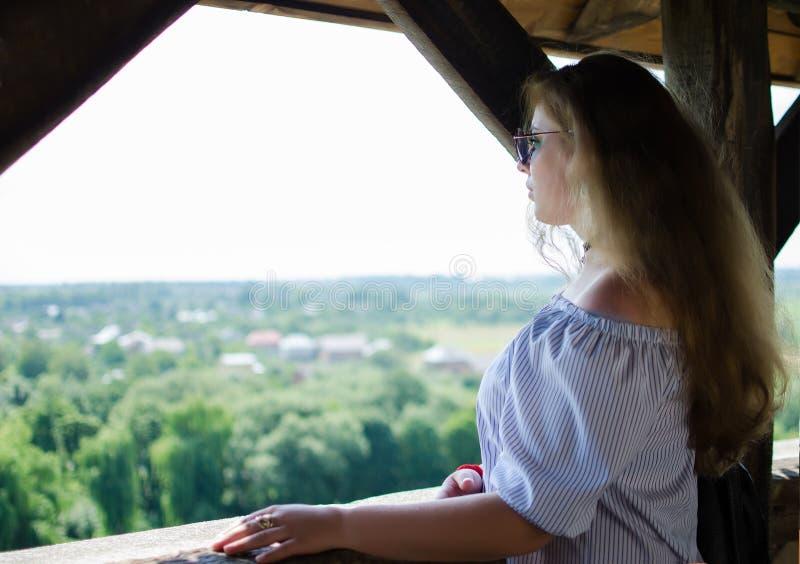 少女爱旅行和征服山的峰顶 图库摄影