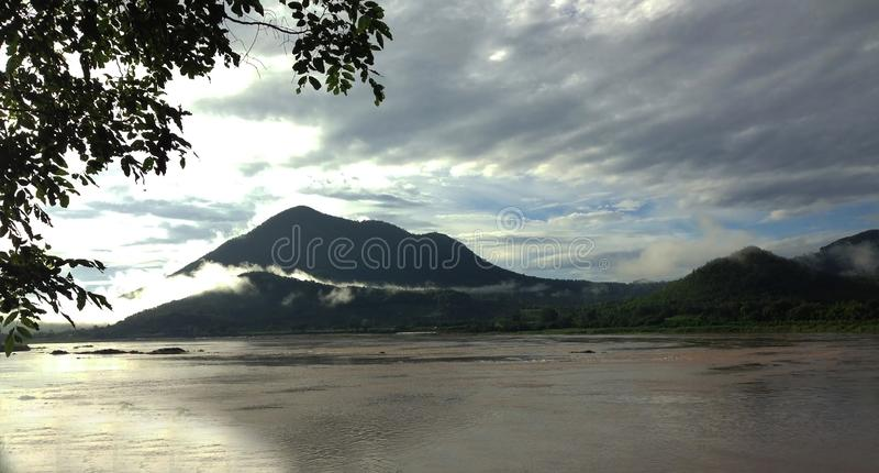山、天空和河安静和凉快的大气的早晨泰国 库存照片