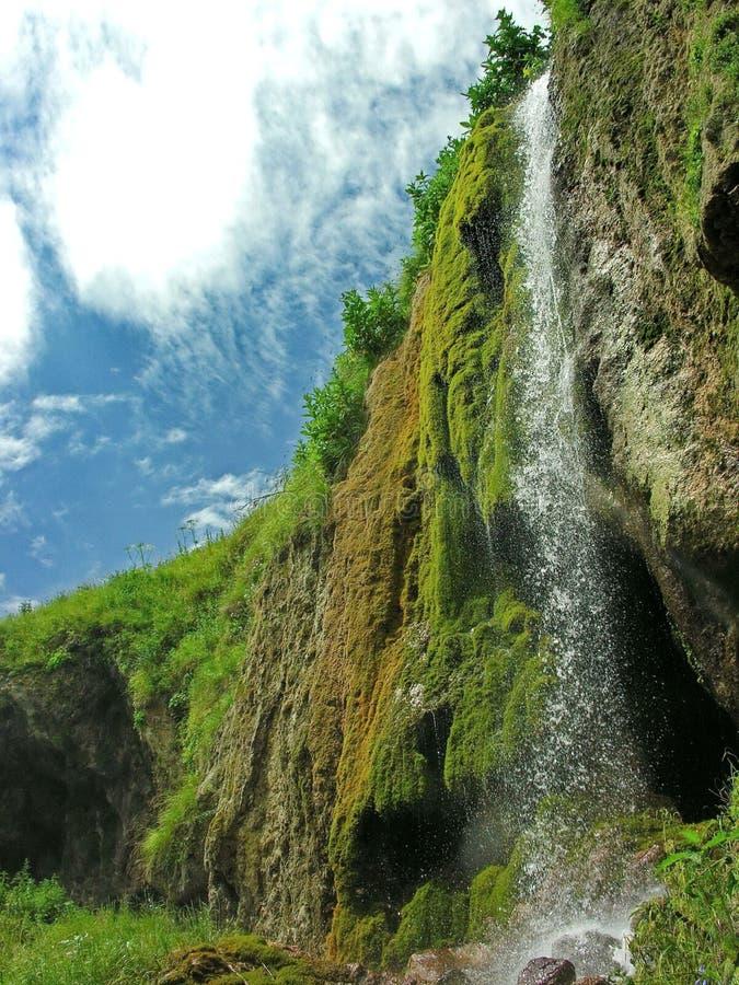 山瀑布 快速山河 上游源头山河 在山的早晨雾 库存图片