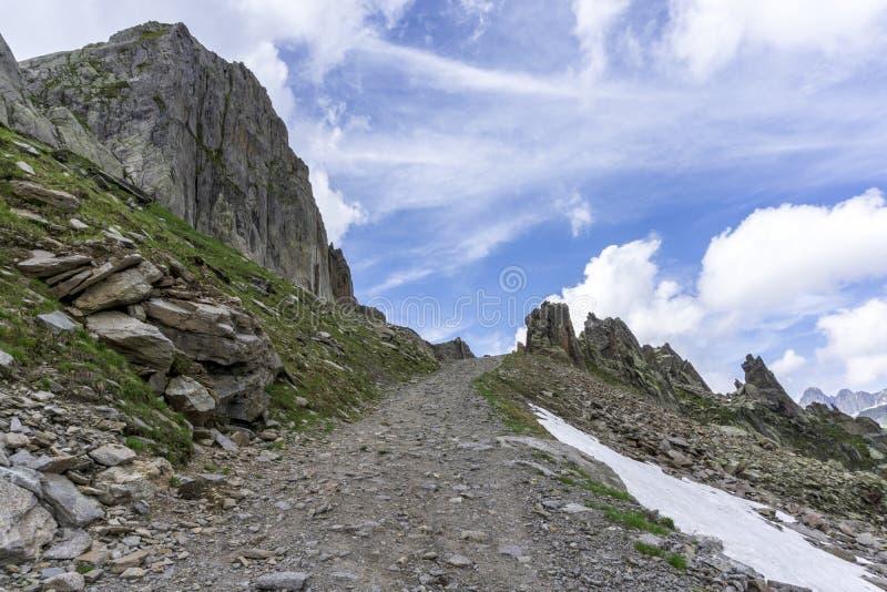 山行迹夏天视图在Le Brevent附近的在法国阿尔卑斯 免版税库存图片