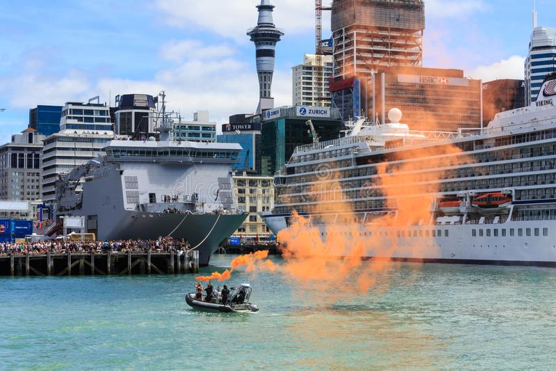 展示橙色海洋火光的小船在奥克兰港口,新西兰 库存照片