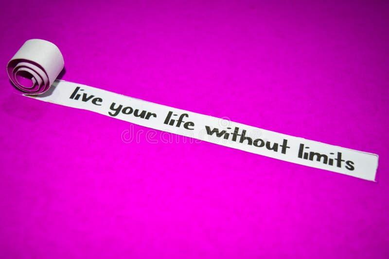 居住您的生活,不用极限发短信,在紫色被撕毁的纸的启发、刺激和企业概念 库存图片