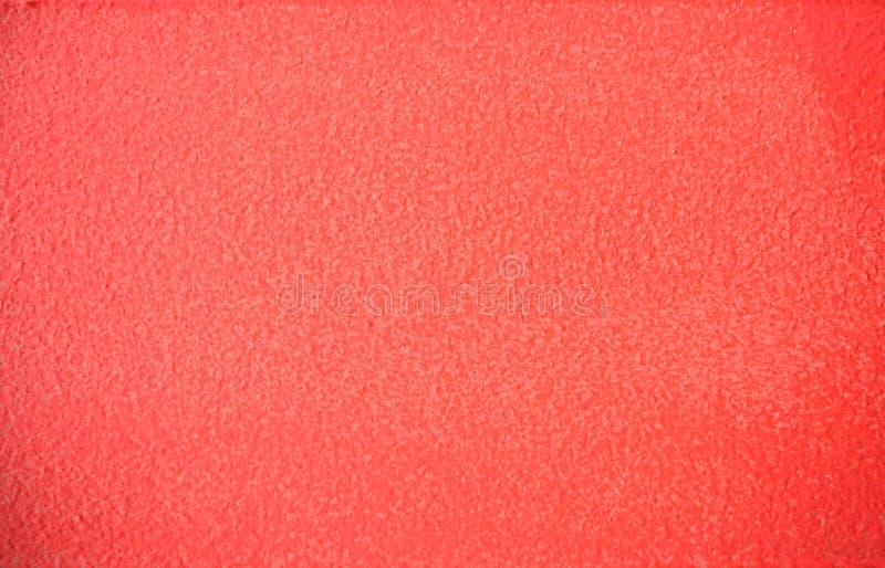 居住的珊瑚颜色绘了混凝土墙纹理backgrond 免版税库存照片