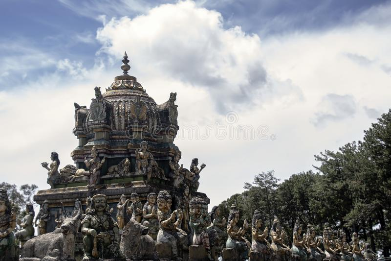 屋顶冠上在Aadishakti Seeta阿曼寺庙的美好的色的雕刻的线 免版税库存照片