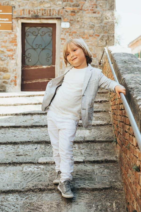 5岁的一个逗人喜爱的小男孩的室外时尚画象 图库摄影