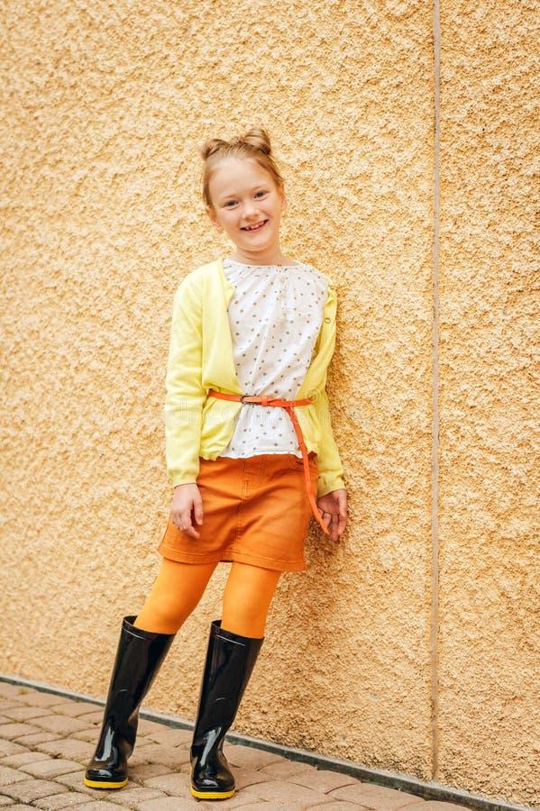 7岁的一逗人喜爱的女孩的时尚画象 免版税图库摄影