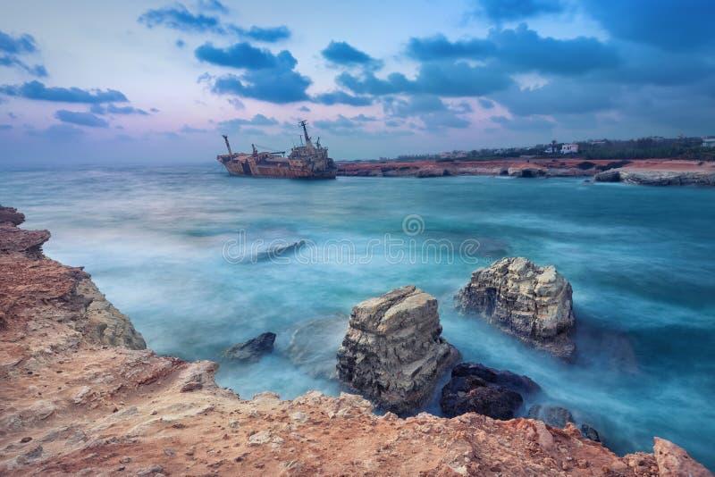 岩石在有被放弃的船的,帕福斯,塞浦路斯海 免版税库存图片