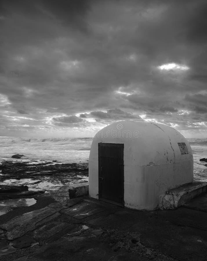岩石露出的水泵房的阴沉的图象 库存图片