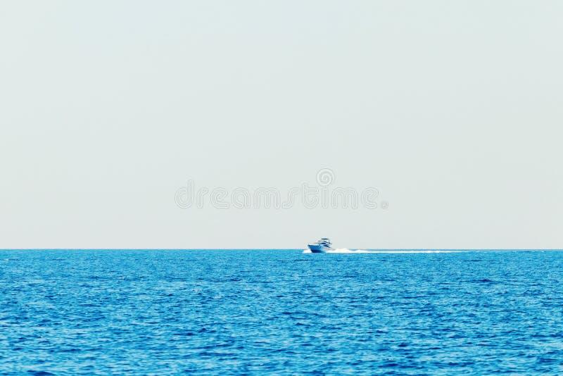 巡航在蓝色海,暑假的豪华汽船 免版税图库摄影