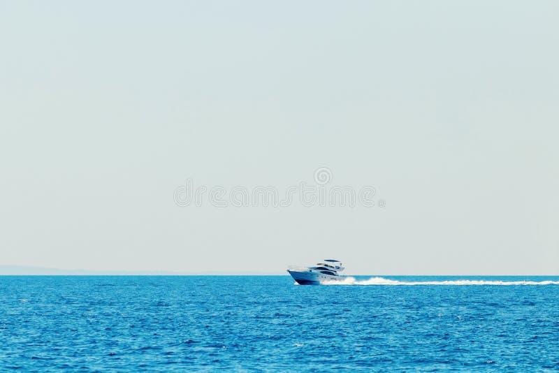 巡航在蓝色海,暑假的豪华汽船 库存照片