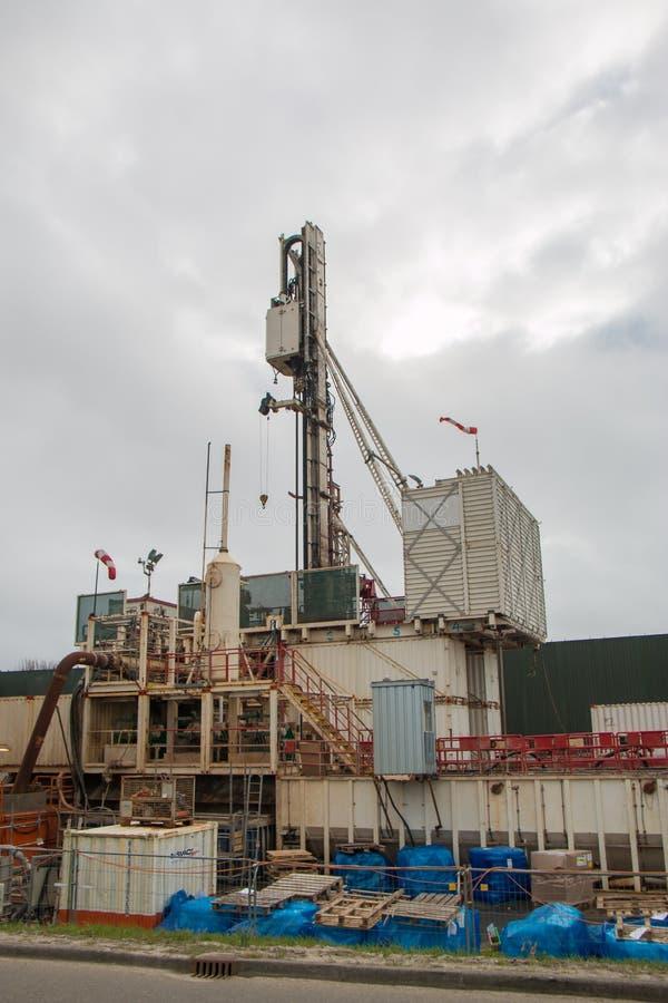 工业凿岩机,操练为住宅和企业热化的地下水从地热水源 库存照片