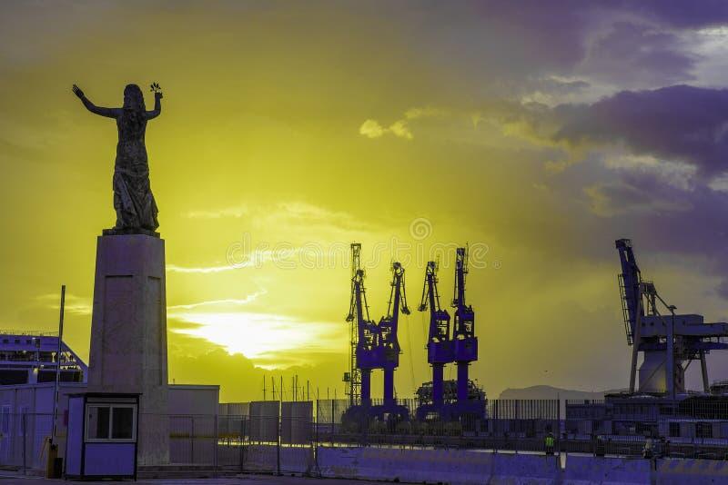 工业货物口岸起重机在日出的巴勒莫,西西里岛 免版税库存图片