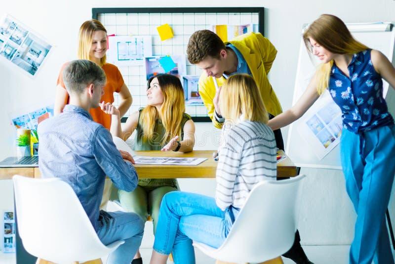 工作在办公室的设计师和建筑师 免版税库存图片