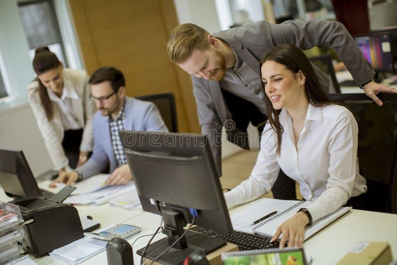 工作在办公室的青年人 免版税库存照片