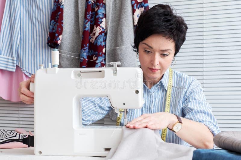 工作在裁缝商店的裁缝 免版税库存图片